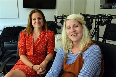 Emma Knyckare och Paulina Modlitba Söderlund spanar om robotar på jobbet