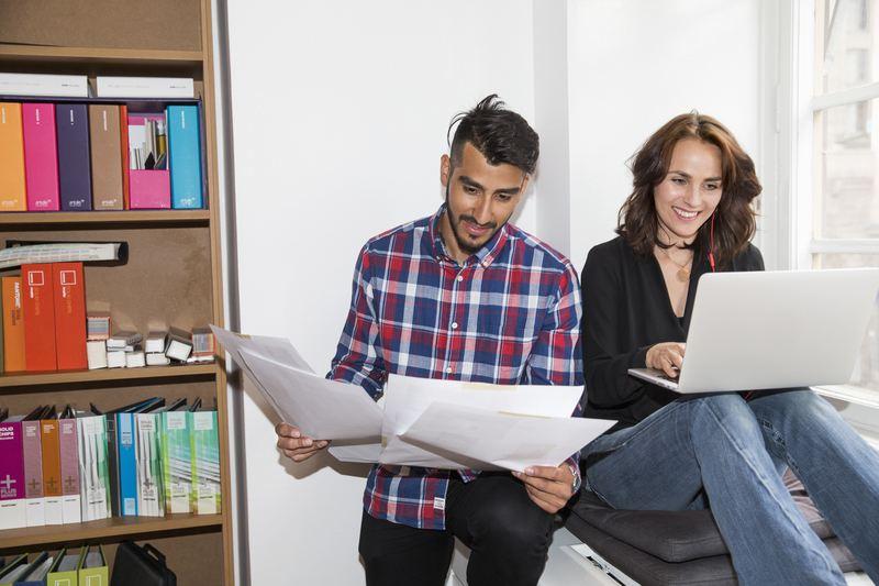 Startup kollegor som diskuterar
