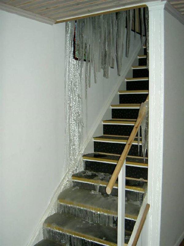 Vattenskada istappar i trapp