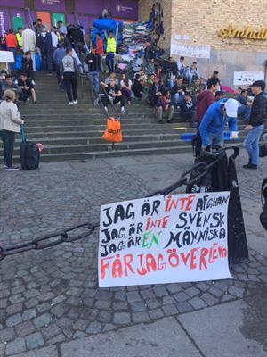 Brutalt besked motte protest