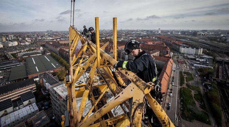 Brandmænd arbejder i højden