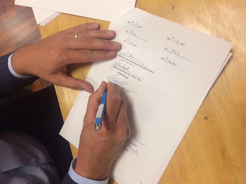 Toni Kekkinen undertecknar överenskommelsen