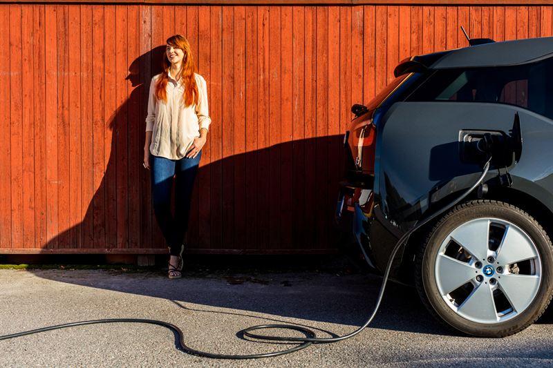 electricitycar-charging-woman-sun2-5mb