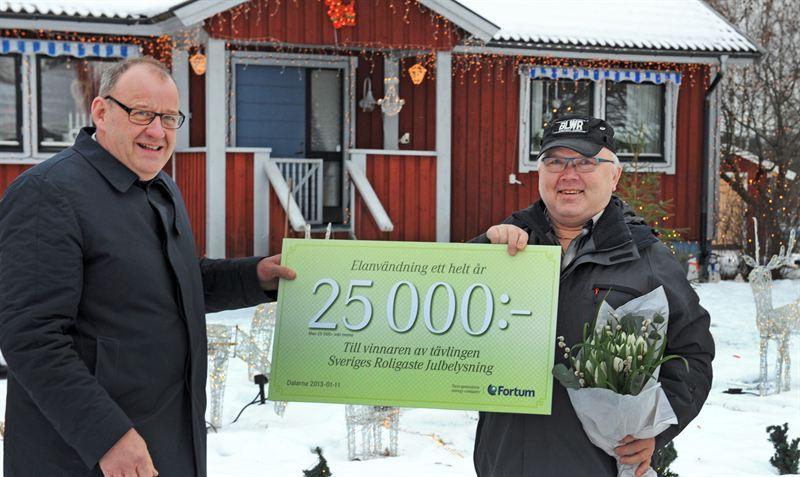 Fortums Hans Rohlin delar ut vinstbevis t B Mellembråten Sveriges roligaste julbelysning 2012