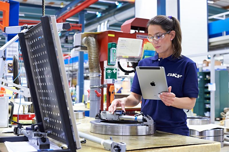 SKF production worker using tablet SKF – Production Worker