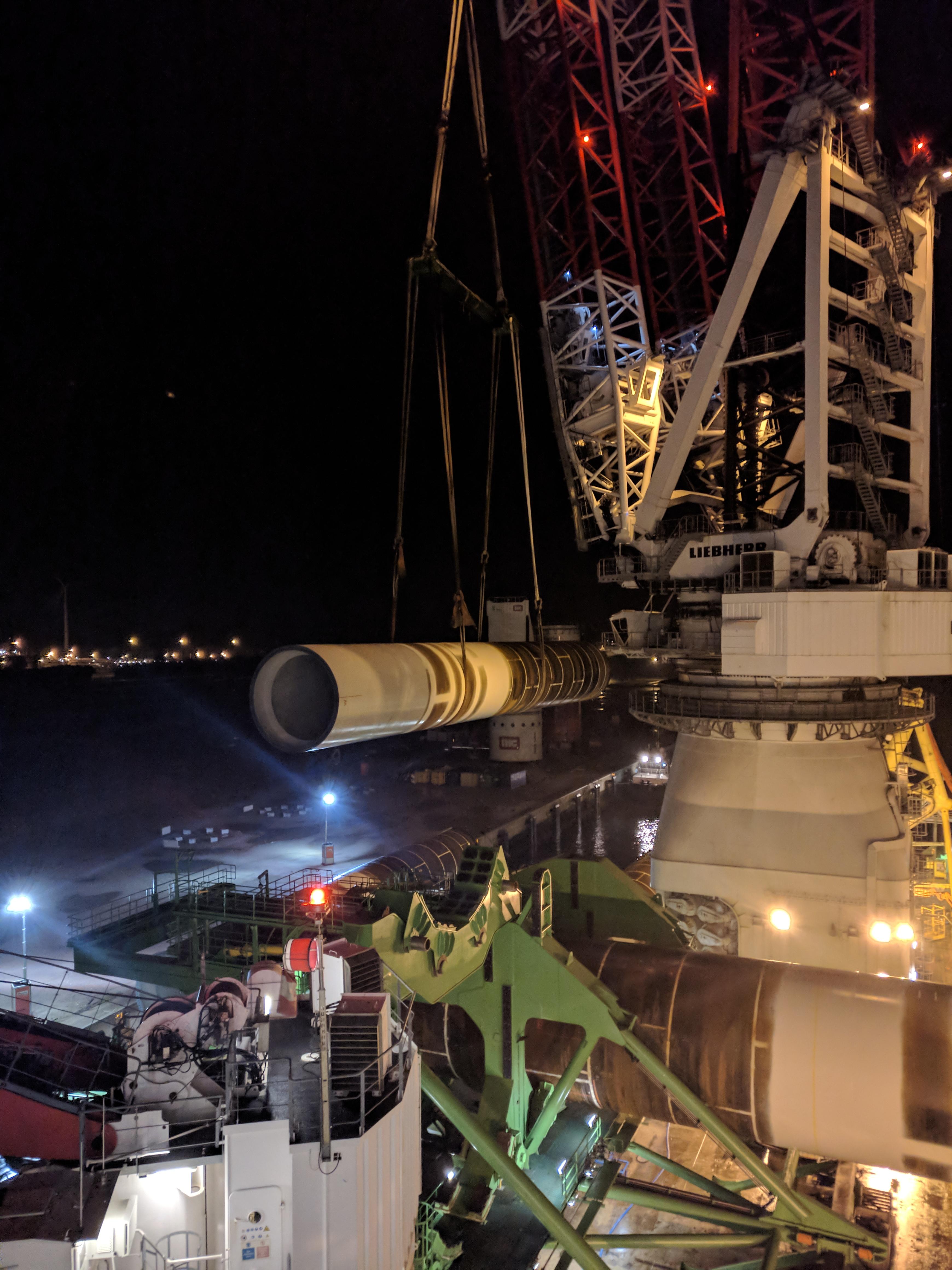 Monopile lastas på Innovation i Esbjerg hamn