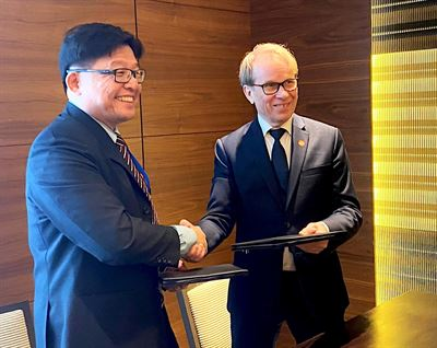 The MoU was signed by Alf Öskog, Executive VP Sales Asia-Pacific Satellite Management Services at SSC (right), and Mr. Goh Ing Nam, General Manager/Vice President ST Engineering Geo-Insights (left), during the Global Space and Technology Convention (GSTC).