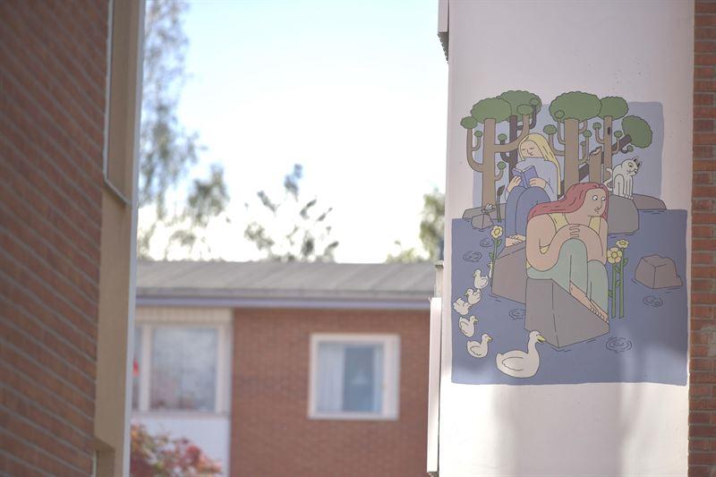 Illustratren Kalle Landegren har gjort fasadmlningarna i Grdesen i Ljusdal Mlningarna har temat Mirakel