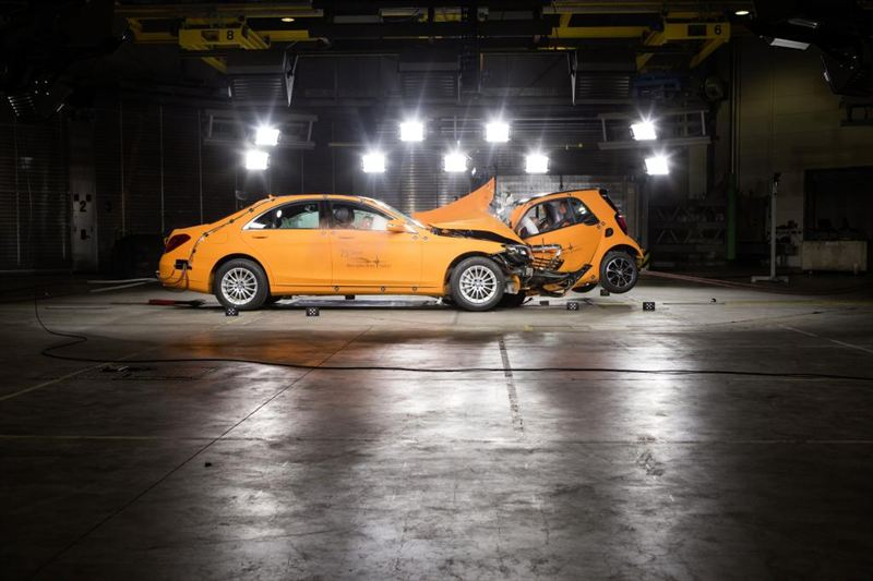 Mercedes Smart Car >> Smart Tormaystestissa Mercedes Benz S Sarjaa Vastaan Veho