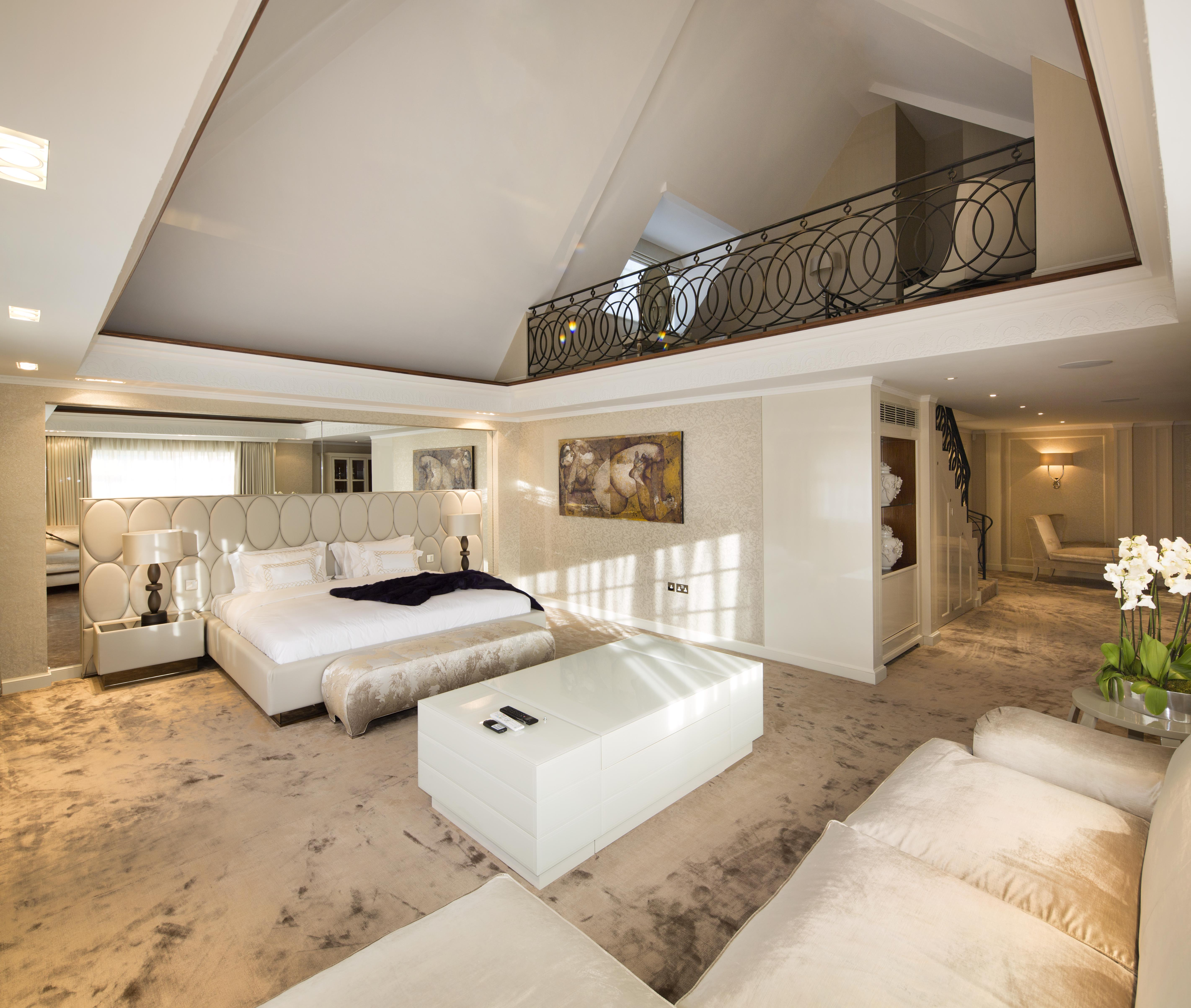 Sumptuous master bedroom suite with mezzanine level - ISG