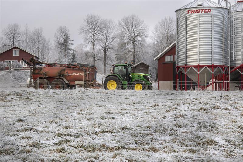 Lantbruk med traktor och silo
