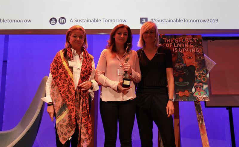 Frn vnster Agneta Gynning konstnr som skapat prisstatyetten Julia Wikstrm grundare Snmoln och vinnare av A Sustainable Prize 2019 Louise Knig chef fr hllbar affrsutveckling p Ramboll