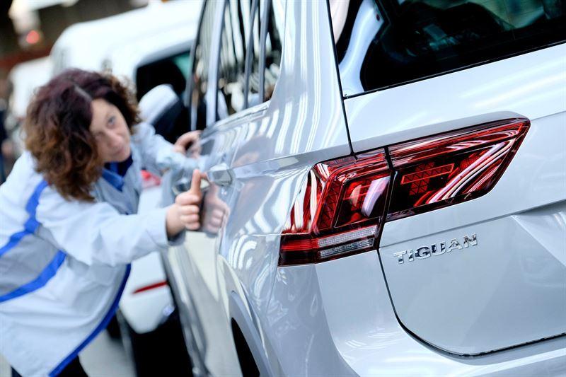 Volkswagen Tiguanin maalipinnan tarkastusta valotunnelissa