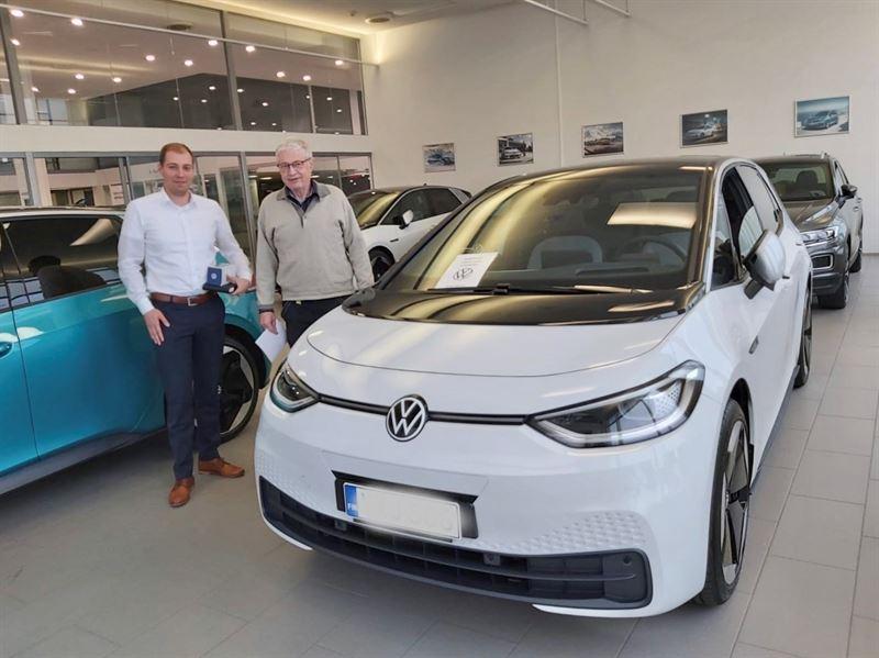 Ensimmäisen Volkswagen ID.3:n luovutus, asiakas Eero Pere ja myyjä Roope Heinonen
