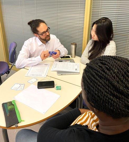 Nixu hACME-harjoituksen kehittäjä ja Nixun vanhempi tietoturvakonsultti Victor Sant'Anna ja Laurea-ammattikorkeakoulun opiskelijoita Nixun järjestämässä koulutuksessa, jossa harjoiteltiin kyberturvatietoisuuttaa Nixun hACME-roolipelin avulla.