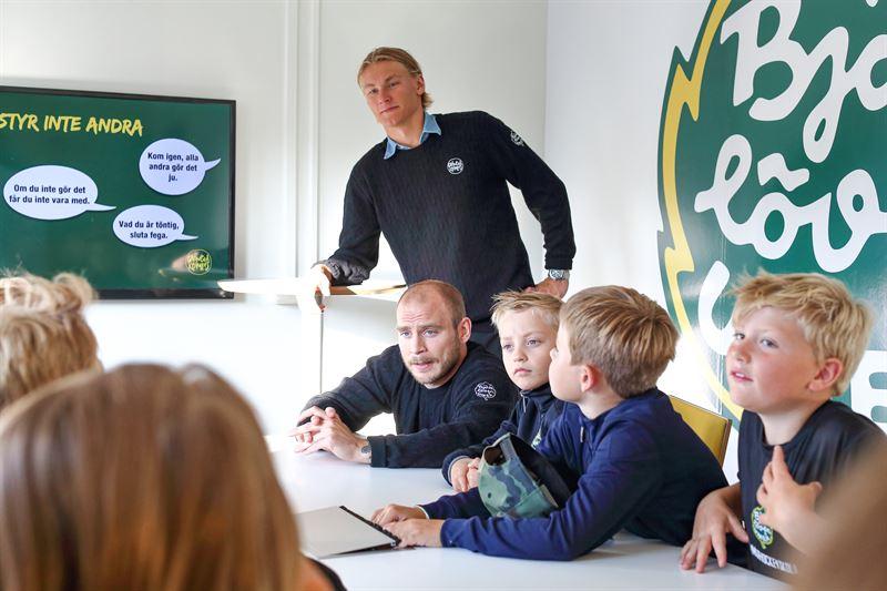 Fredric Andersson och Emil Norberg utbildar barn i Grngult kompisskap