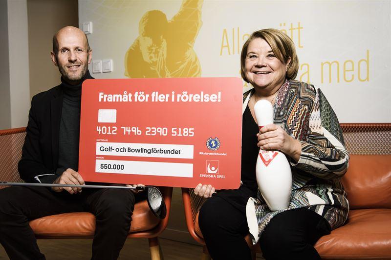 Gunnar Hkansson golffrbundet och Lena Sulkanen bowlingfrbundet mottar checken p 550 000 kronor frn Framtfonden