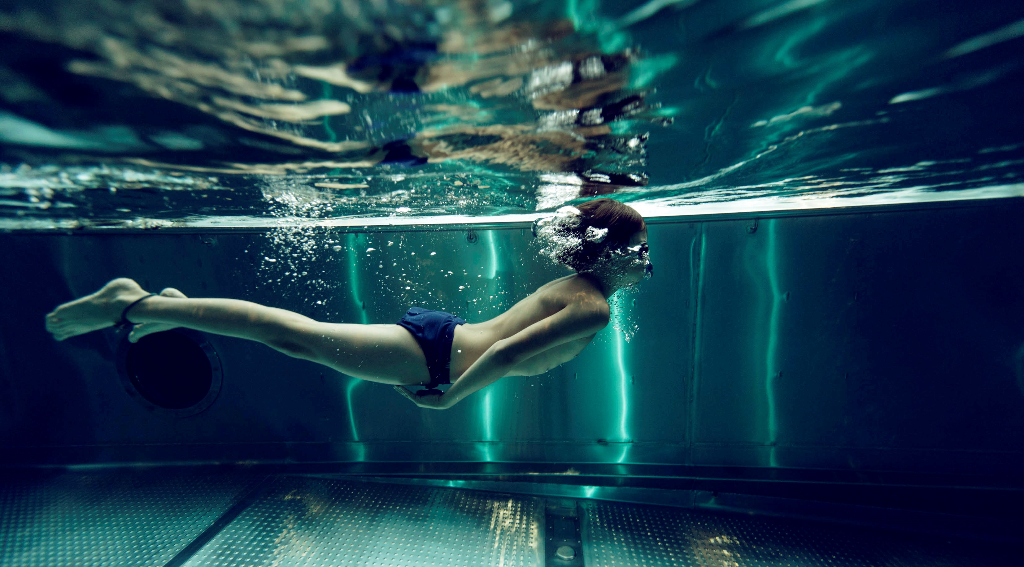 Caverion Junge im Schwimmbad