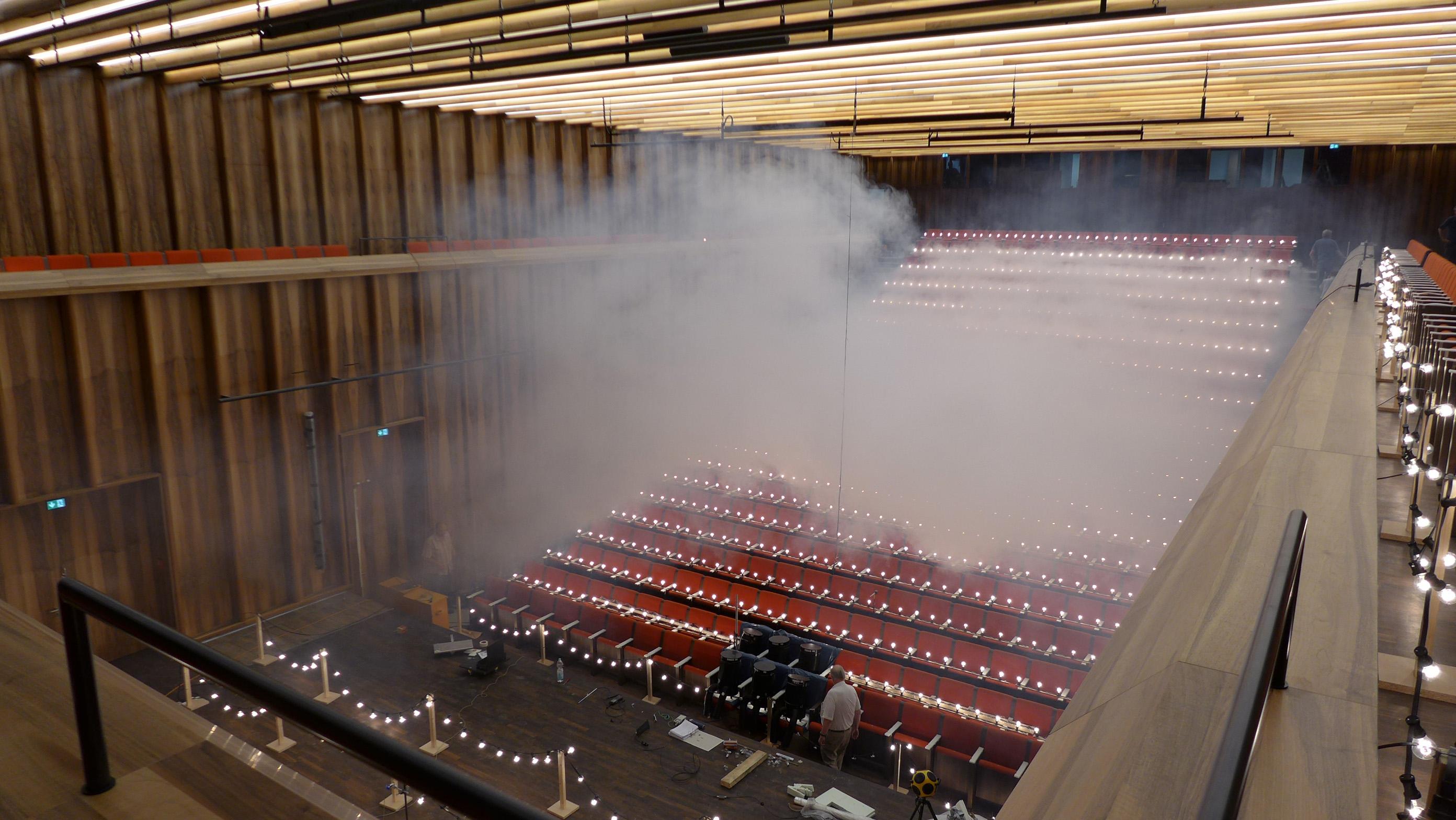 Ein Nebelgenerator macht Luftströme sichtbar. © Caverion GmbH