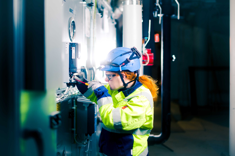 Caverion Mitarbeiterin bei der Arbeit © Caverion GmbH