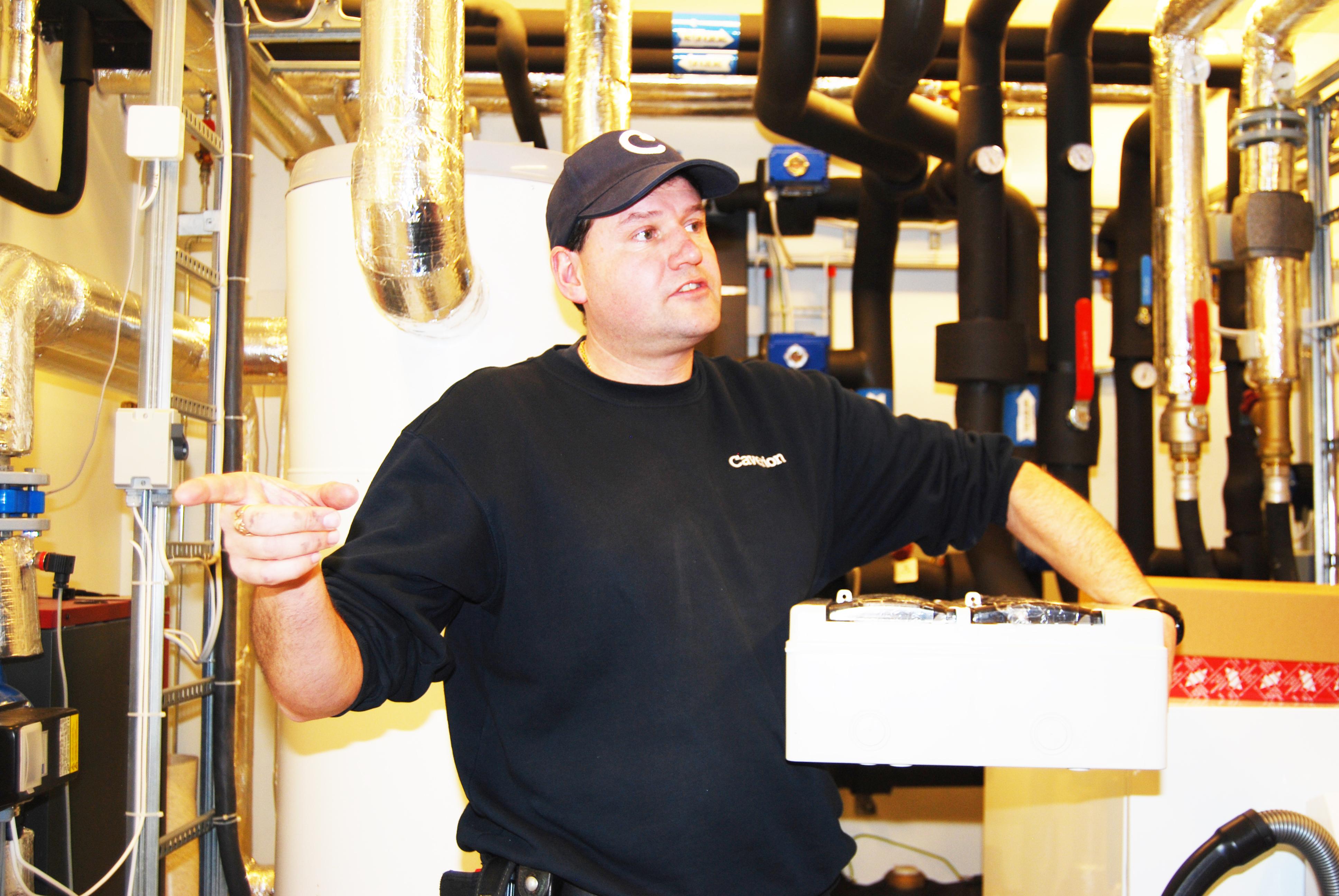 Servicetekniker Pål Martin Ohlgren med koffertsettet Caverion Condition Control