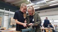 Die Schülerinnen Emma und Lea arbeiten an einem Werkstück © Caverion GmbH