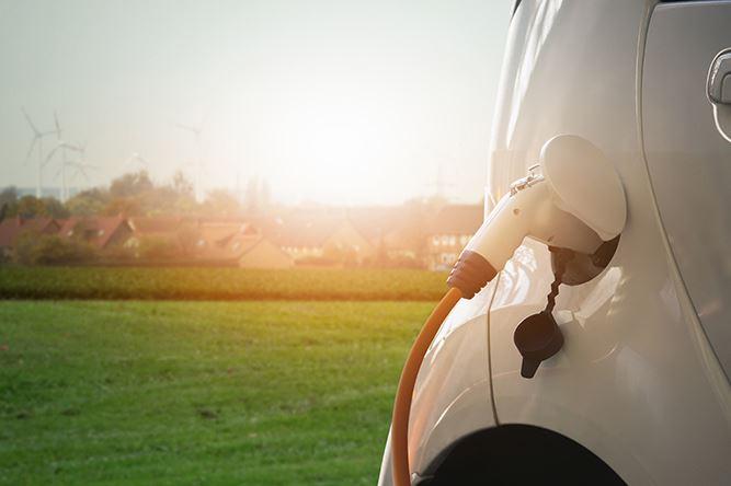 Närbild på laddkabel i ladduttag på liten elbil