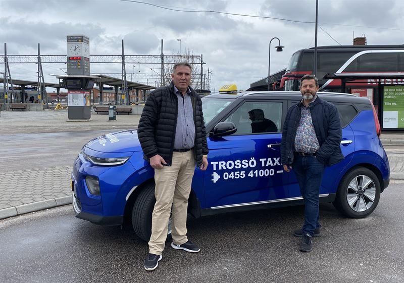 Petrit Elezi Tross Taxi och Niclas Haakman frn projektet Elbilslandet Syd som initierade samverkan med Ica Maxi i Karlskrona