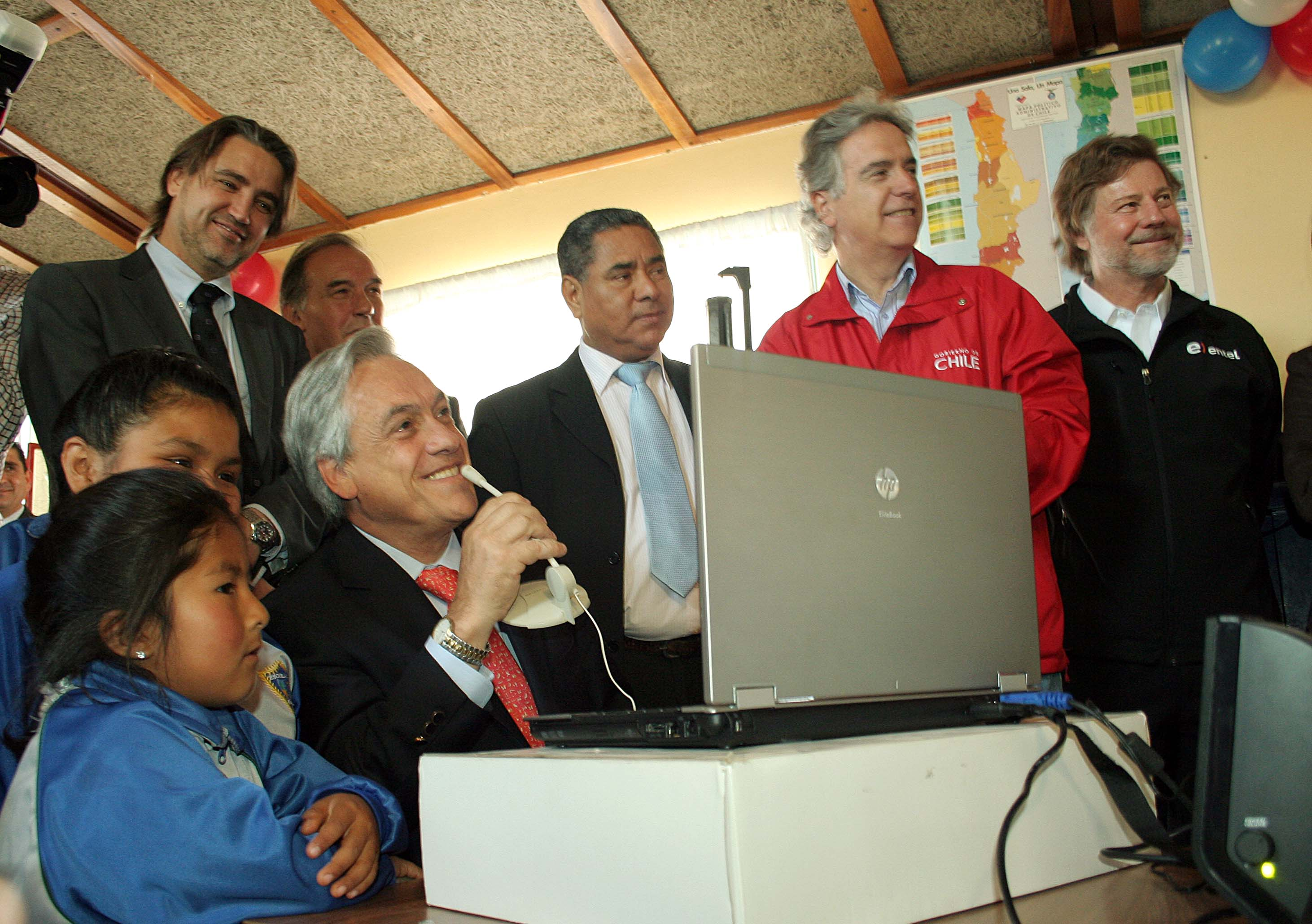 Photo 3: Sebastian Piñera, President of Chile, using broadband at rural school