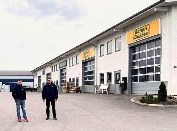 Bilprovningens regionchef Fredrik Walther och stationschef Mikael Halldin framfr den nya stationen i Navestad