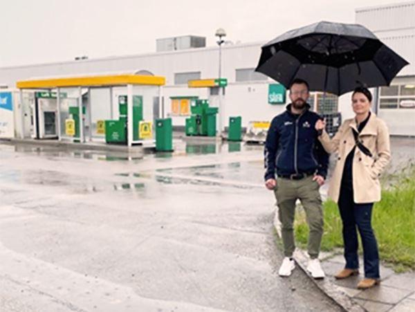 Bilprovningens stationschef Fredrik Engstrm och regionchef Camilla Blennow framfr den nya anlggningen p Hangatan 10