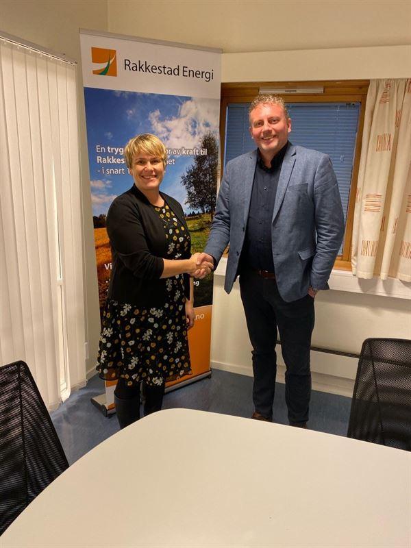Karoline Fjeldstad styreleder i Rakkestad Energi AS signerte fredag 13 desember kontrakten for overtakelse av installasjonsvirksomheten til Rakkestad Energi med yvind Hagen regiondirektr i Region st i Bravida Norge