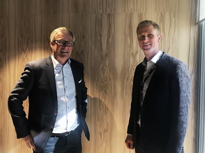 Nicolai Dirdal tidligere styreleder i Energibygg AS til venstre sammen med Dag Vidar Kvernbrten regiondirektr i Region Oslo Service i Bravida Norge til hyre ved overtakelsen av virksomheten