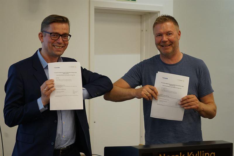 NHP Eiendoms administrerende direktr Christian Wist og Bravidas regiondirektr i MidtNorge Petter Storhaug skrev under overtakelsesprotokoll hos Norsk Kylling 11 juni