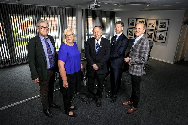 Lundbergs Forskningsstiftelse bestr av fr vnster Olle Lark Christina Backman Hkan Olsson John Vivstam och Anders Klein