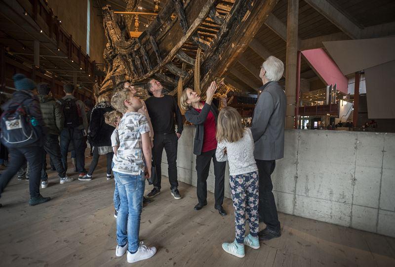 Pedagogen Camilla berttar om skeppet Vasa vid en familjevisning
