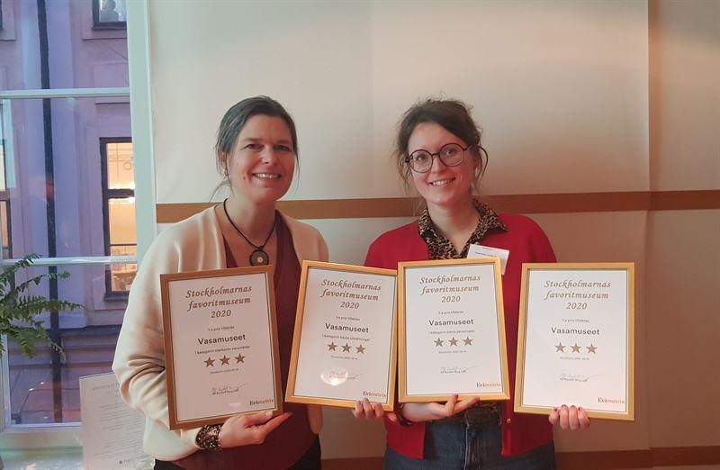 Museichef Lisa Mnsson och Vasaguiden Charlotte LendiZiese nvisar stolt upp alla diplom Vasamuseet mottagit under prisutdelningen av Stockholmarnas favoritmuseum r 2020