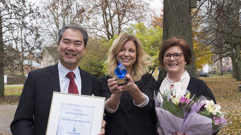 P bilden syns Robert Dimmlich frn Hllbar biltvtt som verlmnar pris och diplom till Therese Alstad mitten och Jeanette Olsson th p Kristinehamns kommun
