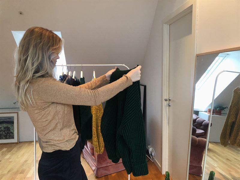6c75b50f Hele en av syv nordmenn innrømmer at de har returnert klær kjøpt på nett  etter å ha brukt dem noen få ganger. Det er en internasjonal trend at nye  klær blir ...