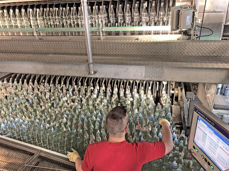 Millionen von MehrwegGlasflaschen werden jedes Jahr bei Bad Drrheimer gereinigt und wieder befllt