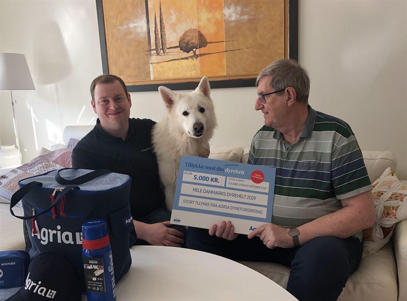 Thor med sin prmie p 5000 kr der doneres til Dyrenes Beskyttelse Med p billedet er Nikolaj Thors ejer og Lindy Nikolajs far
