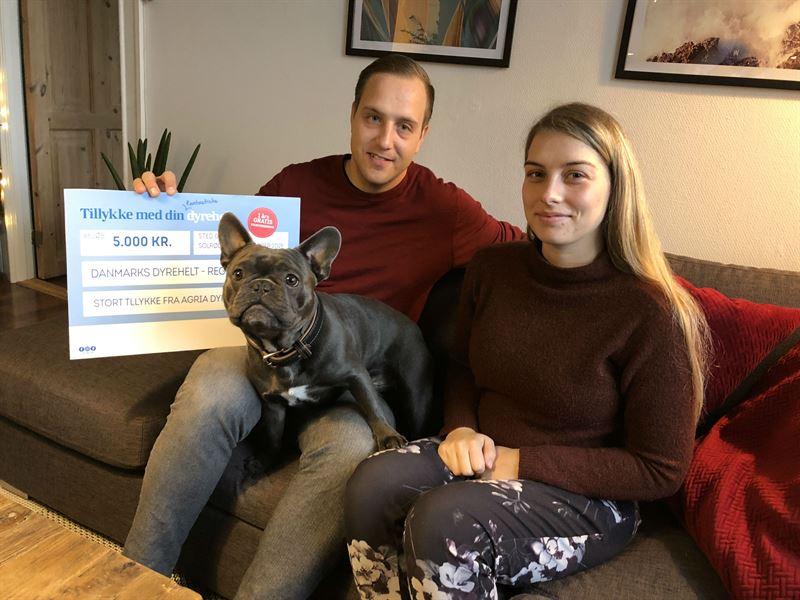 Frank med sin prmie p 5000 kr der doneres til Dansk Blindesamfund Med p billedet er Franks ejere Troels Hansen og Heidi Nielsen