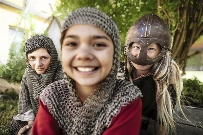 I sommar r den stora utomhusgrden p Historiska museet i Stockholm r fylld av vikingaaktiviteter fr stora och sm Foto Jens Mohr Statens historiska museer