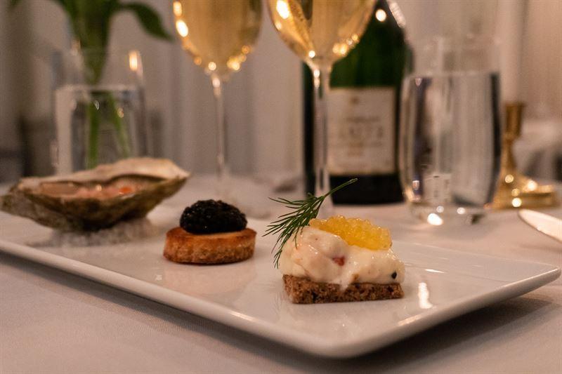 Skaldjurscanap toast med caviar osciectra royal samt ostron sentinelle