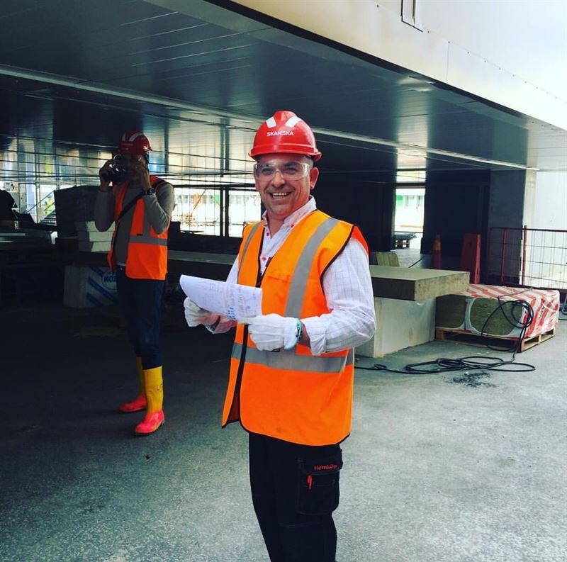 Krasimir Radev butikschef utanför bygget