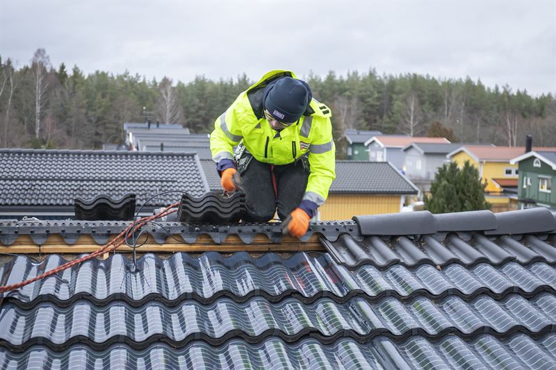 First installation of Midsummers invisible solar energy roof tiles in Sweden