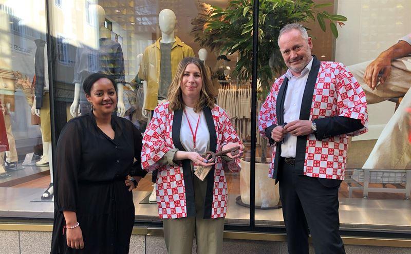 Uniqlos butikschef Cindy Grahn tar emot Nyckeln till Gteborg flankerade av Helen Bairu och Patrik Andersson frn Business Region Gteborg