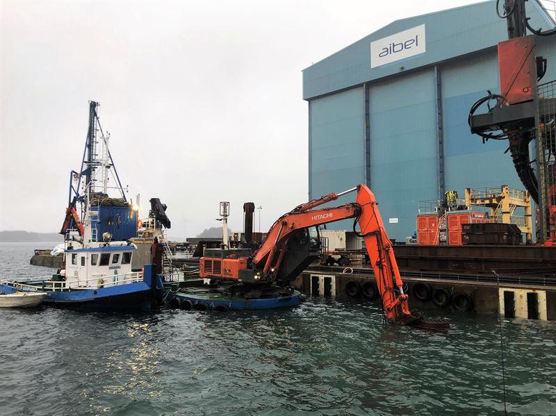 Sjentreprenren AS er i gang med utdypingarbeidene av havneomrdet vest for verftsomrdets trrdokk ved Aibel Haugesund