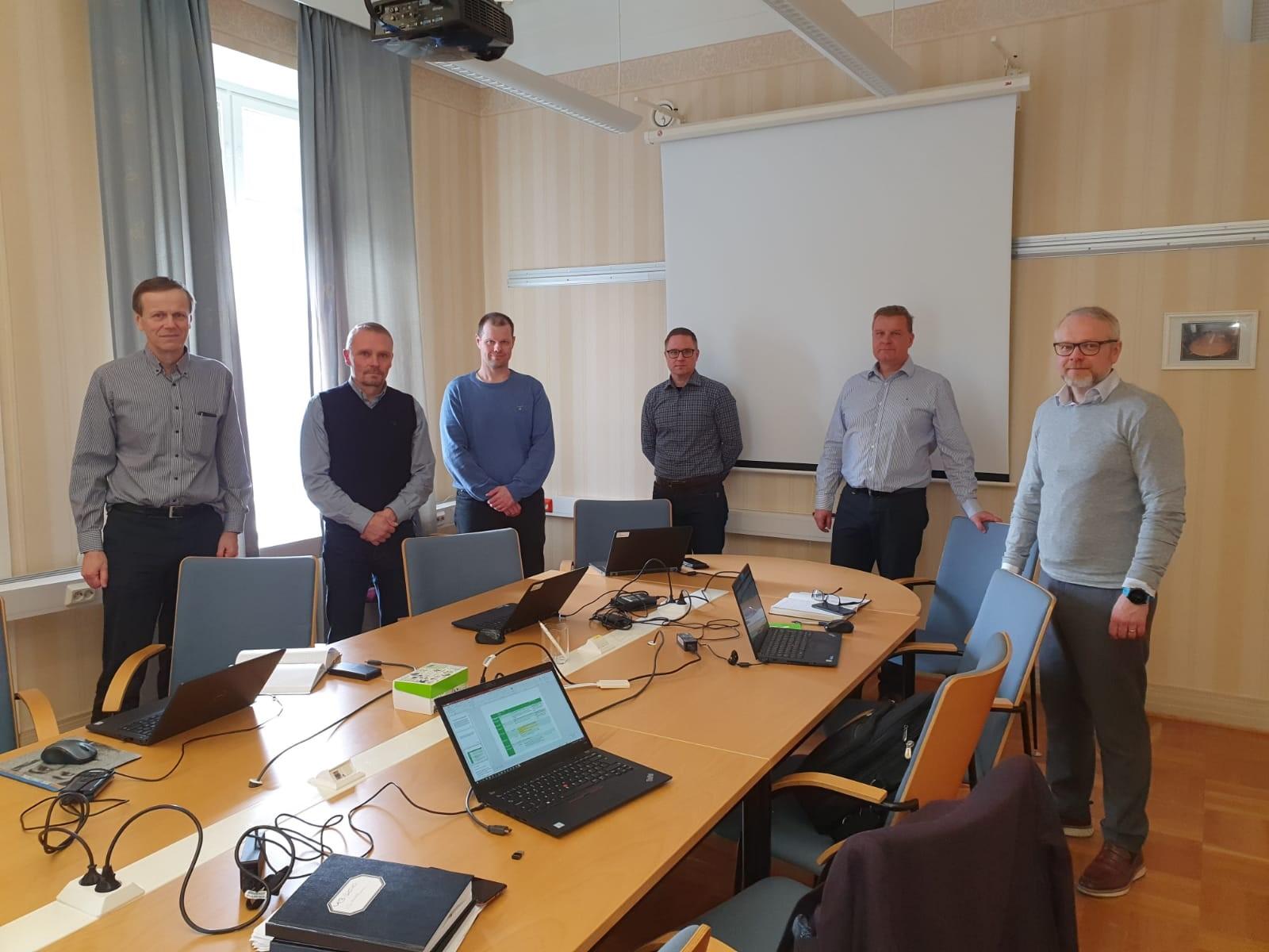 Kaupanteon jälkeen (vasemmalta): Ari Kiviranta, Mika Sainio, Jarno Lehtonen, Marko Heikkilä (kaikki Metsä Boardilta), Marko Korpinen ja Sami Anttilainen (molemmat Valmetilta).