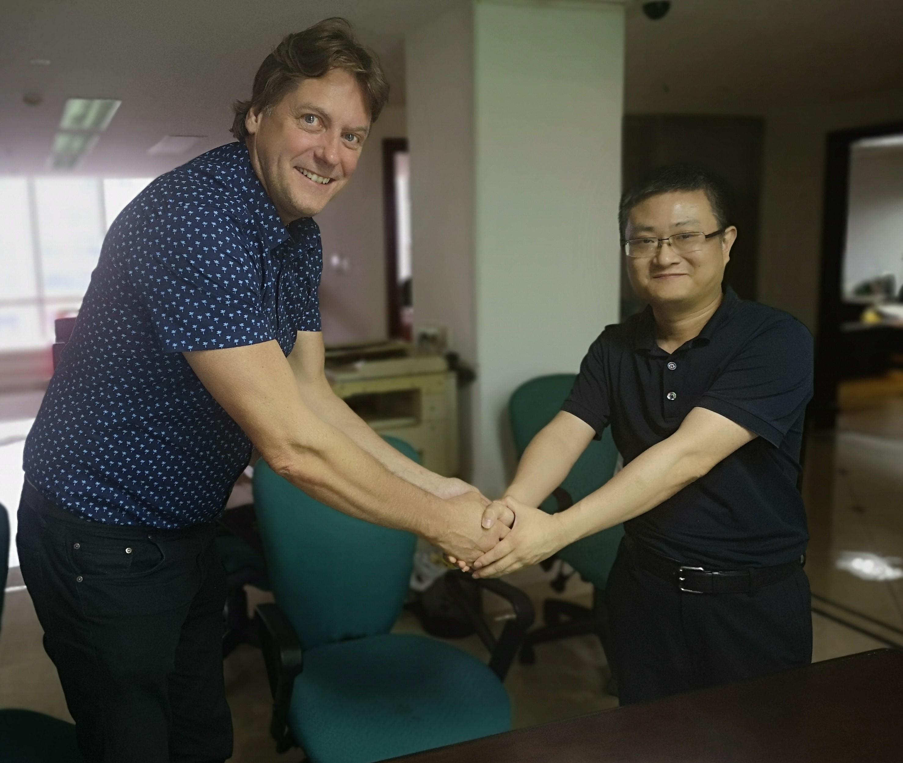 Valmetin Sellu ja energia -liiketoimintalinjan myyntipäällikkö Leif Sundberg kättelee Lvyuan-konsernin pääjohtajaa Xu Zhaohuita
